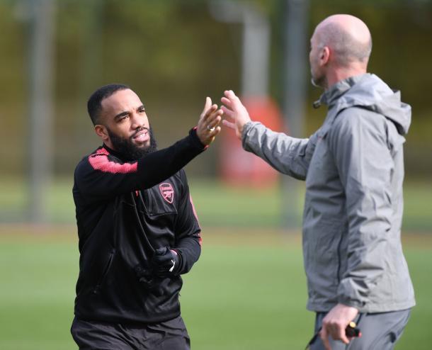 Lacazette (esq.) voltou a treinar, mas Steve Bould (dir.) confirmou o francês ainda fora do time (Foto: Divulgação/Arsenal FC)