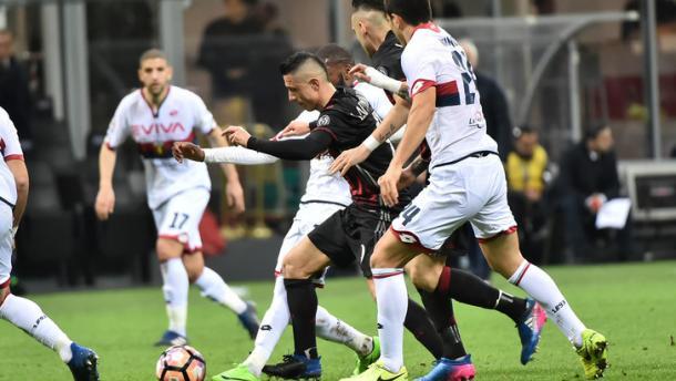 Lapadula in mezzo ai giocatori del Genoa, tuttosport.com