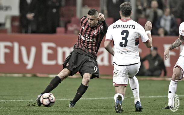 Lapadula in azione contro il Genoa, acmilan.com