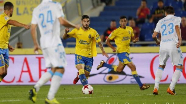 Hernán Toledo conduciendo el balón en el duelo contra el Deportivo de La Coruña. Fuente: UD Las Palmas.