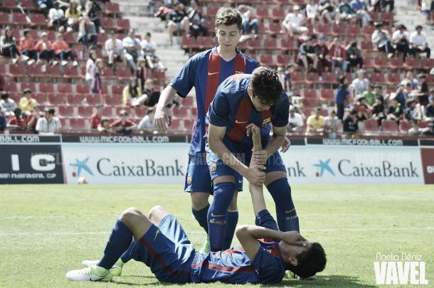El desconsuelo de Lucas de Vega (en el suelo), reconfortado por Alejandro y Enric