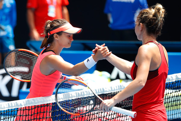 Davis and Halep meets at the net for the handshake after the incredible match | Photo: Scott Barbour/Getty Images AsiaPac
