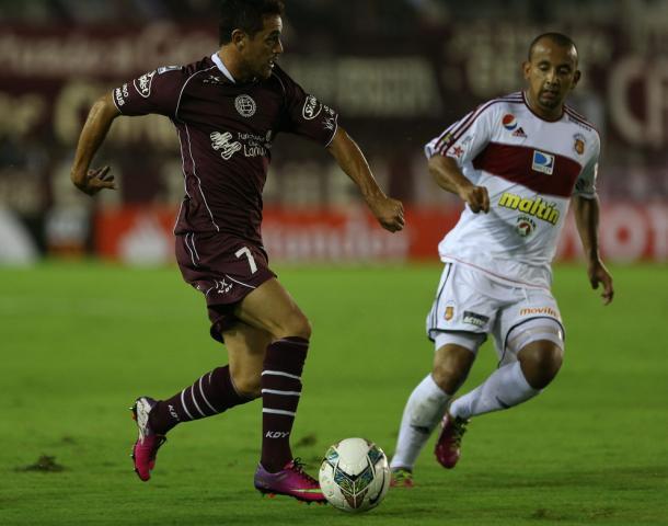 Lautaro Acosta contra el Caracas FC en el 2014 // FOTO: LANÚS