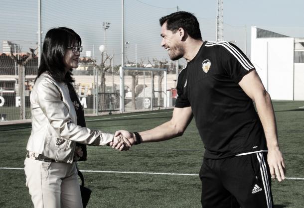 Lay Hoon saludando a Cristian Toro ─y a la plantilla─ en un entrenamiento. // Foto: Valencia CF
