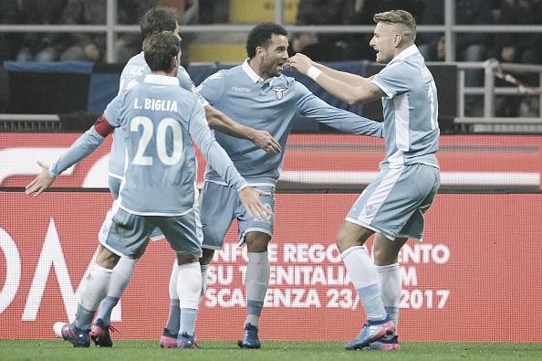 Felipe Anderson festeja com seus companheiros o gol que o abriu o placar no Giuseppe Meazza (Foto: Marco Rosi/Getty Images)