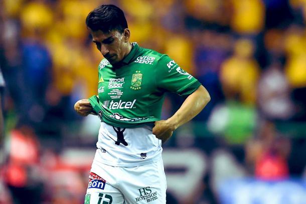 Ángel Mena saliendo lesionado en la final vs Tigres / Foto: Twitter