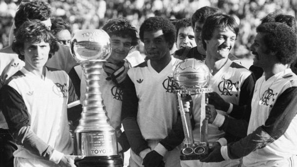 Elenco flamenguista com a taça do Mundial de 1981 (Foto: Reprodução / Arquivo Flamengo)