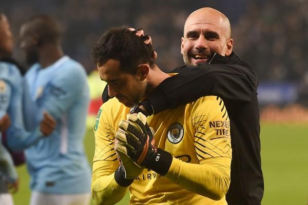 Guardiola felicita a Bravo, que está algo reacio a saludarle. Foto: AFP