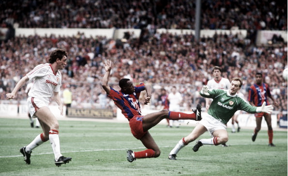 Ian Wirght puts Palace ahead in extra time (Photo: Bob Thomas / Getty Images)