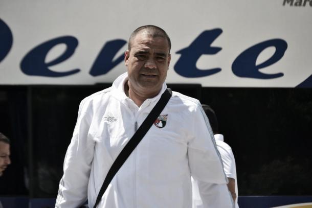 Leo González,  llegando a Maracaibo junto al equipo
