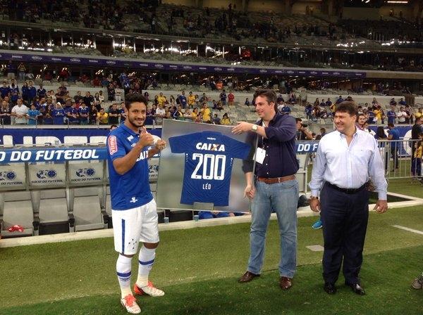 Léo foi homenageado antes da bola rolar hoje no Mineirão. (Foto: Divulgação/Cruzeiro)