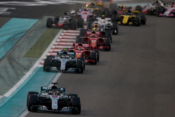 Lewis Hamilton lidera tras la salida | Fuente: Getty Images