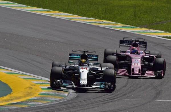 Lewis Hamilton adelanta a Sergio Pérez en las eses de Senna | Fuente: Zimbio