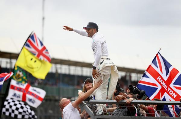 Hamilton ganó en 2017 y lo celebró al lado de sus fans   Foto: Getty Images Europe
