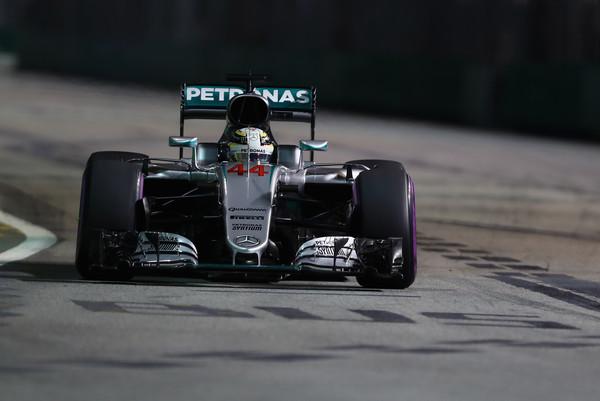 Lewis Hamilton, durante el Gran Premio de Singapur de 2016 | Fuente: Zimbio