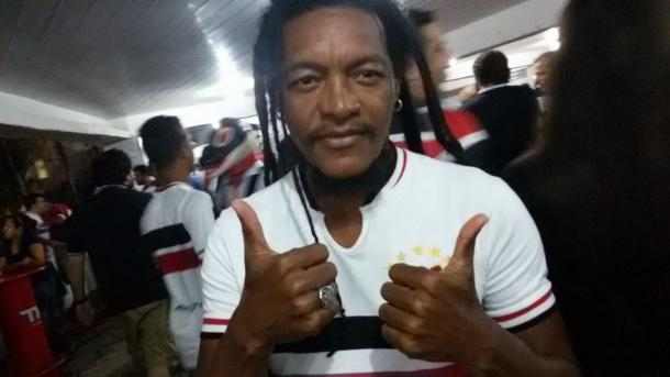 Torcedor ilustre e vocalista da banda Devotos, Canibal está no Arruda (Foto: Mateus Schuler/VAVEL Brasil)