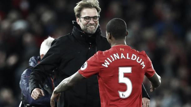 Wijnaldum, el autor del último gol de local ante el City en Anfield, se abraza a Klopp. Foto: Premier League