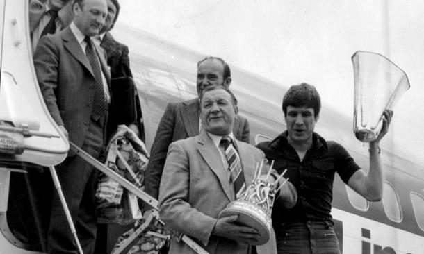 Bob Paisley steps of the plane with the UEFA Cup (image:jeffgoulding.com)