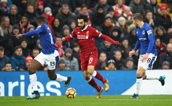 Salah dribla ante el Everton. Foto: AFP