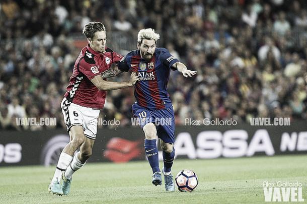 Marcos Llorente, defendiendo a Leo Messi. Imagen: Álex Gallardo (VAVEL)