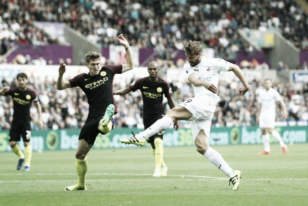 Llorente arremata para marcar seu primeiro gol pelo Swansea (Foto: Divulgação/Premier League)