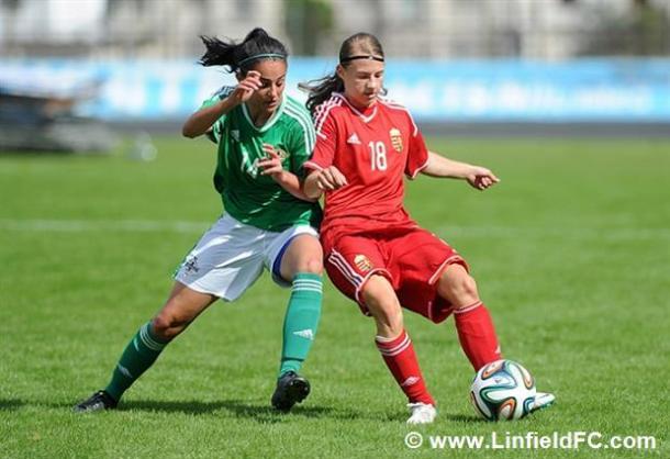 Louise McDaniel peleando por un balón ante una jugadora Húngara | Foto: Linfield FC