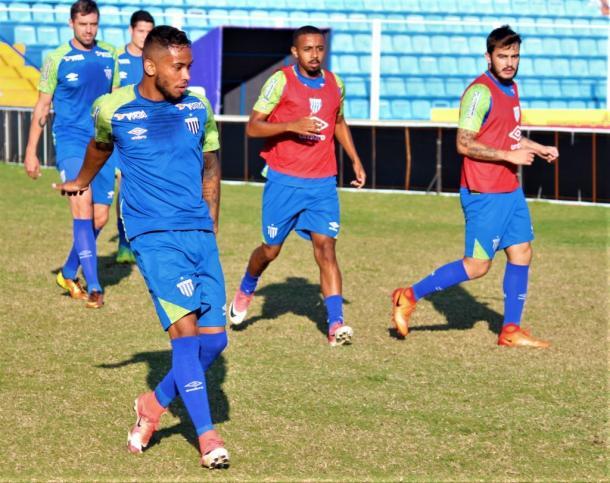 Lourenço (frente) pode ganhar primeira chance como titular nessa Série B (Foto: André Palma Ribeiro/Avaí FC)