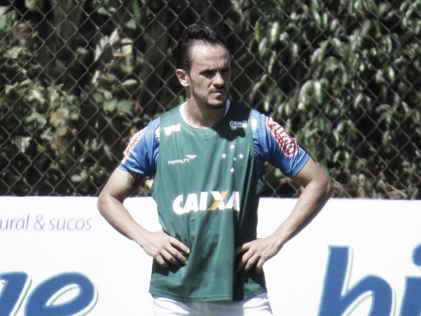Lucas ocupou a lateral direita da equipe titular durante o treino tático (Foto: Matheus Adler/VAVEL Brasil)