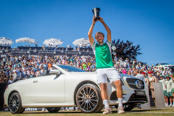 Pouille hoists the Mercedes Cup (Photo: Thomas Niedermueller/Getty Images Europe)