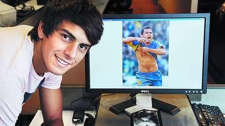 Lucas Delgado y de fondo en la pantalla su tio Marcelo 'Chelo' Delgado. Foto | Olé
