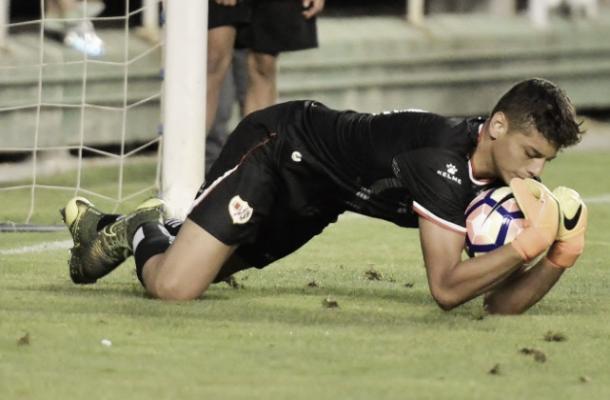 Lucho García tras atrapar un balón. Foto