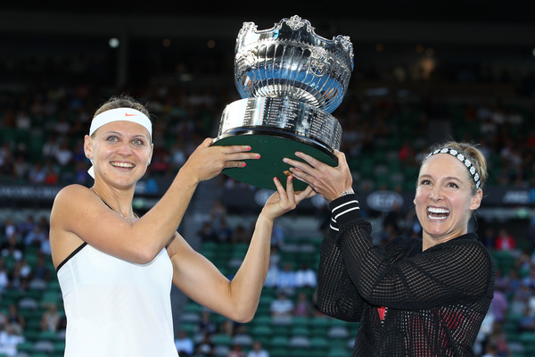 Mattek-Sands and Safarova proudly lifts up the Australian Open trophy | Photo: Clive Brunskill/Getty Images AsiaPac