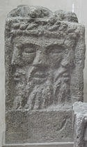 Representación del Dios Lug con sus tres cabezas que representa una divinidad trinitaria. Fuente: Wikicomons
