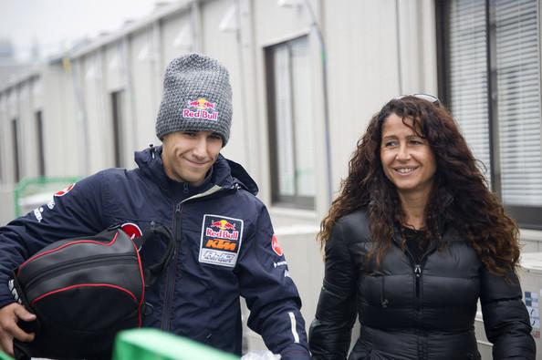 Luis Salom acompañado de su madre | Foto: Mirco Lazzari - Getty Images
