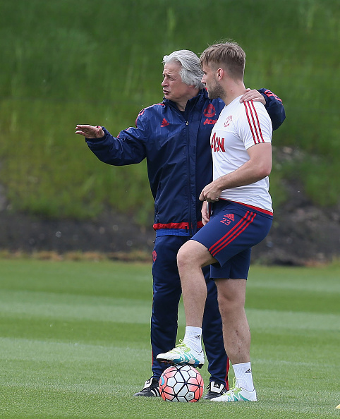 Luke Shaw back in training, with opposition coach Marcel Bout | Photo: Matthew Peters/Manchester United