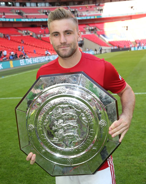 Shaw holds the Community Shield | Photo: Manchester United FC