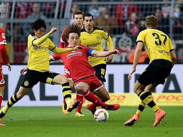 Baumgartlinger battles for possession. | Photo: kicker - Imago
