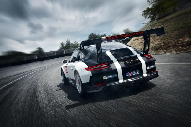 Novo para-choque traseiro garante mais downforce para o carro. (Foto: Porsche AG)