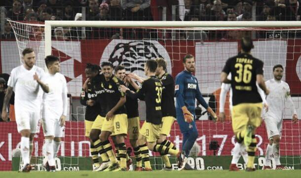 Equipe do Borussia Dortmund comemorando o gol marcado por Batshuayi (Foto: PATRIK STOLLARZ/AFP/Getty Images)