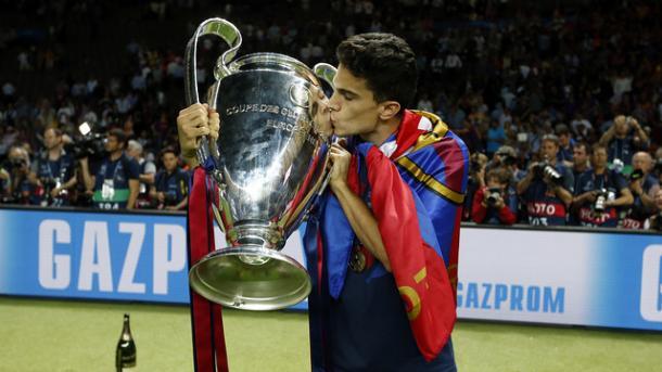 Marc Bartra kisses the UEFA Champions League trophy. | Image credit: Miguel Ruiz - FCB