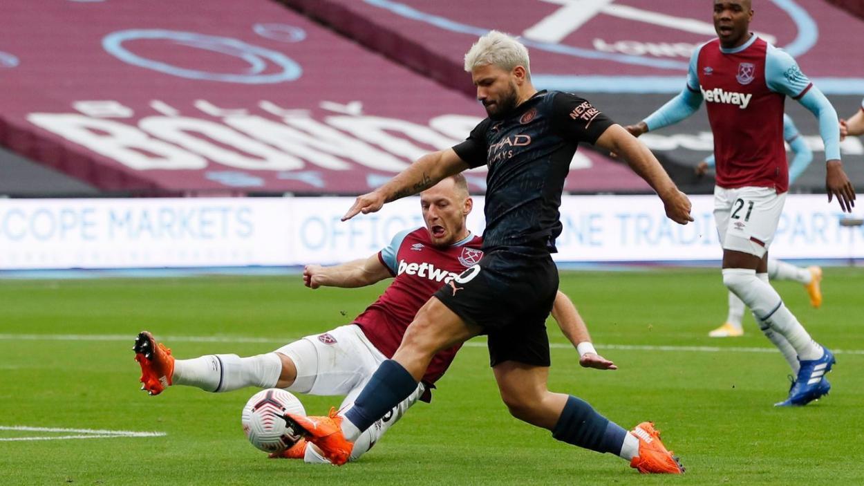 El 'kun' Agüero disparando ante la presencia de Coufal. |Fuente: Premier League