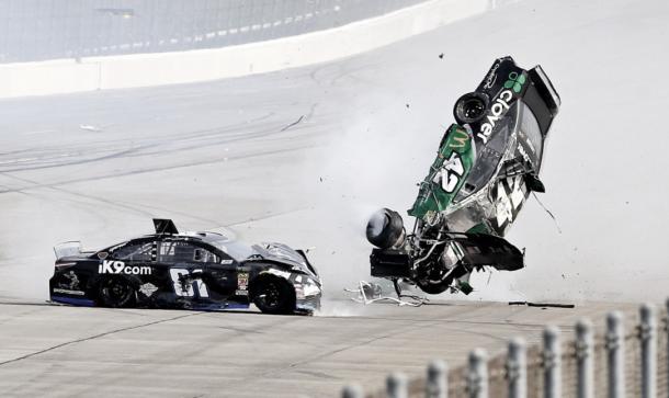 Vuelco de Larson con Earnhardt al costado (Foto: NASCAR Twitter)