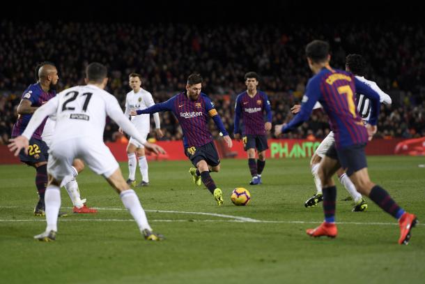 Messi a punto de marcar el empate del partido. Foto: Evening Standard