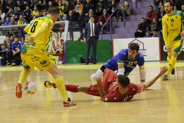 Acción del choque con Campoy en posesión de la pelota y Pito y Fabio tratando de robársela | Foto: jaenfs.com