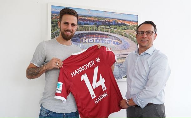 Martin Harnik, pictured with his new shirt. | Image credit: Hannover 96
