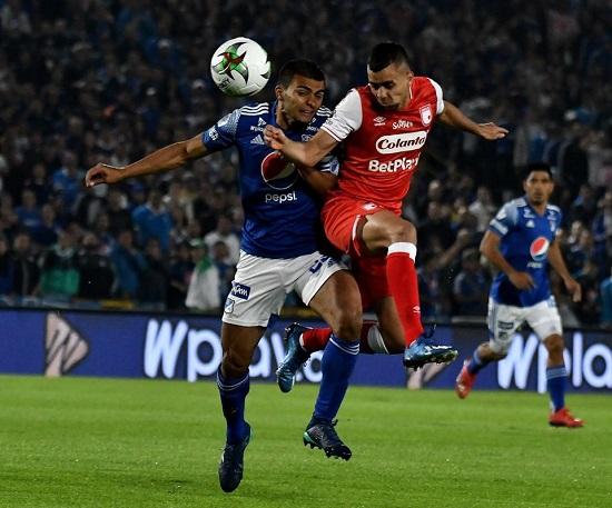 John Duque (izq) y Daniel Giraldo (der) a la disputa del balón, tan cerrada como el clásico. Imagen: Dimayor Facebook.