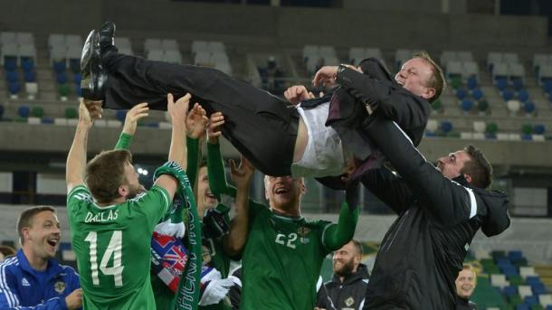 O'Neill held aloft by his players after qualifying. | Image source: Sky Sports