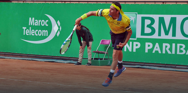 Albert Montanes serving to Franko Skugor during his first round match at the 2016 Grand Prix Hassan II | Photo: Ouarrak Abdessamiaa
