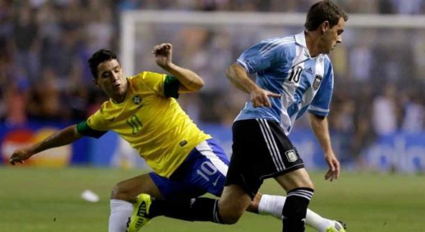 Montillo encarando ante Thiago Neves (Foto: Web).