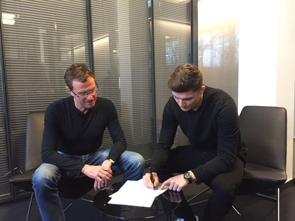 Ralf Rangnick joins Sabitzer during the contract signing. | Source: RB Leipzig